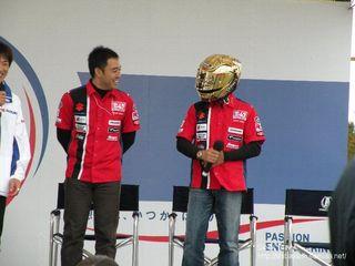金色ヘルメットかぶって現れたスズキヨシムラのライダー