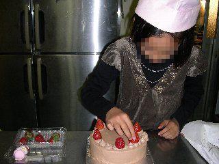 ケーキ飾り付け中の娘
