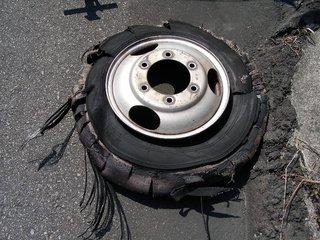 バーストして取り外されたタイヤ