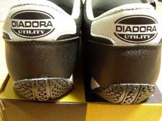 DIADORAの文字が黄色から黒に変わった